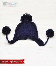 czapka, mamidadi, ręcznie robiona, hand made, z pomponem, na drutach, zwarkoczami, zakryte uszy, prezent, dla dziecka, granat, niebieski, z góry