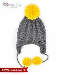 czapka, mamidadi, ręcznie robiona, hand made, z pomponem, na drutach, zwarkoczami, zakryte uszy, prezent, dla dziecka, szary, żółty, zbliżenie